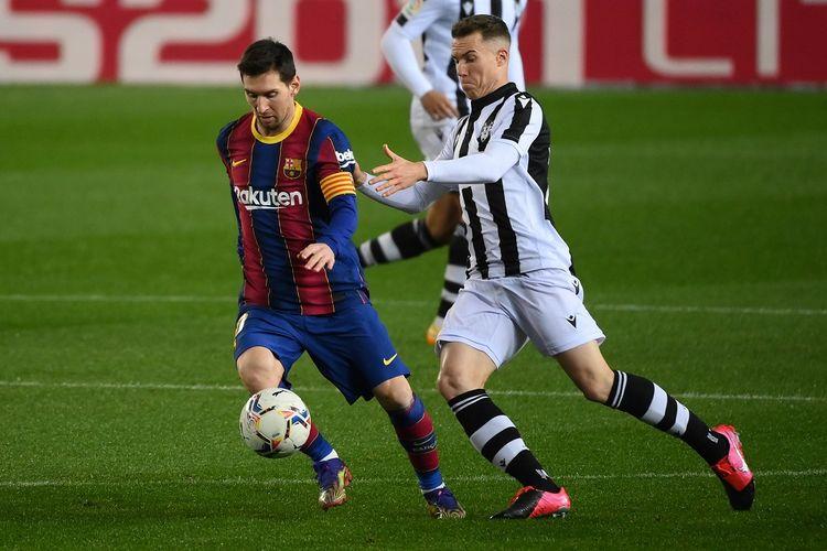 Bek Spanyol Levante Carlos Clerc (kanan) menantang penyerang Argentina Barcelona Lionel Messi selama pertandingan sepak bola liga Spanyol antara FC Barcelona dan Levante UD di stadion Camp Nou di Barcelona pada 13 Desember 2020