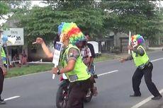 Setiap Pagi, 2 Polisi Tuban Berjoget Pakai Topeng Badut di Jalan