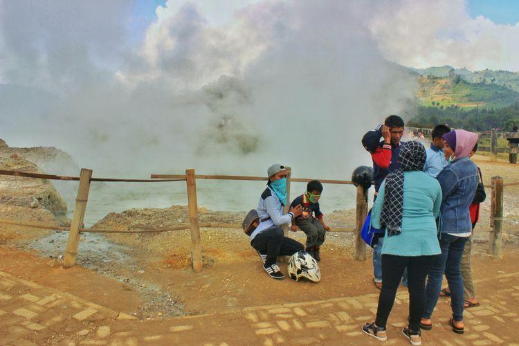 Sejumlah wisatawan nampak masih nampak ramai di Kawah Sikidang, pasca erupsi Kawah Sileri, Dieng yang terjadi pada Minggu (2/7/2017) lalu.