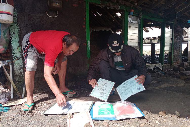 Nasoha (62) warga Dukuh Pandansari Desa Bedono Kecamatan Sayung Kabupaten Demak Jawa Tengah yang rumahnya roboh akibat diterjang gelombang tinggi, menjemur surat surat berharga yang bisa diselamatkan, Selasa (8/12/2020).
