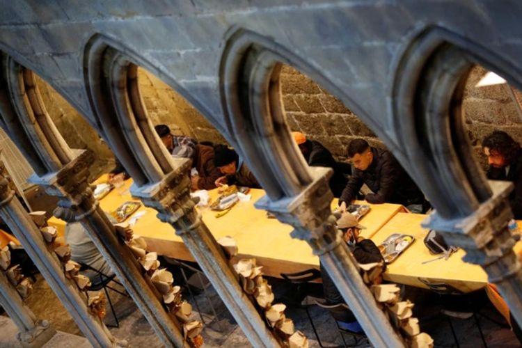 Setiap malam sekitar 50 hingga 60 Muslim, kebanyakan dari mereka adalah tunawisma, hadir untuk berbuka puasa Ramadan di gereja tua Santa Anna, Barcelona, Spanyol, di tengah pandemi Covid-19, 28 April 2021.