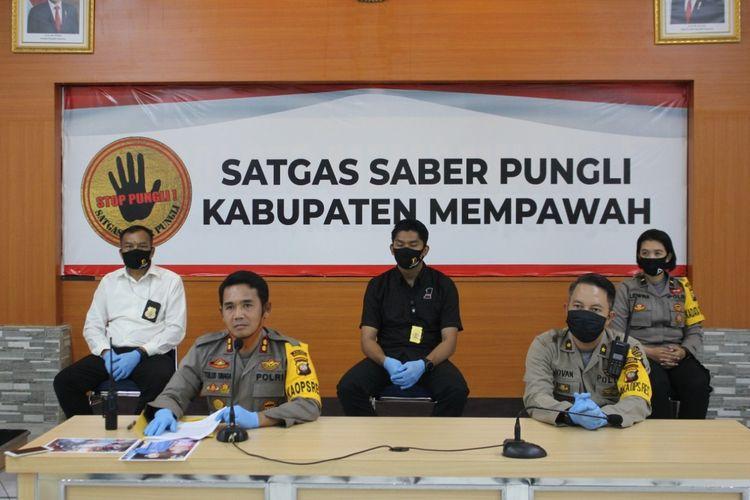 Kapolres Mempawah AKBP Tulus Sinaga bersama jajaran menggelar konferensi pers terkait pengungkapan kasus dugaan tindak pidana korupsi penyalurab bantuan sosial Covid-19 untuk warga lanjut usia, Selasa (19/5/2020).