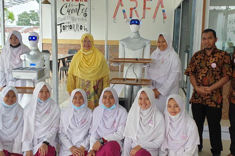 Para santri pengurus pesantren Diniyyah Puteri Sumatera Barat dan robot pelayan kafe.