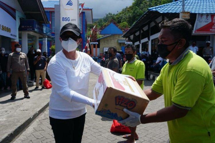 Bupati Sitaro Evangelian Sasingen saat memberikan bantuan ke warga