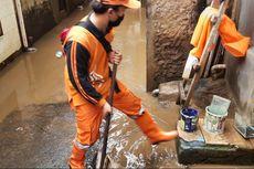 Genangan Air Mulai Surut, Warga Kampung Melayu Bersihkan Rumah