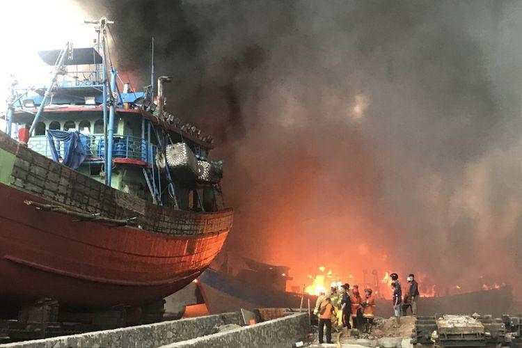 Sebanyak 15 unit kapal terbakar di Pelabuhan Muara Baru, Pluit, Penjaringan, Jakarta Utara, Sabtu (23/2/2019).