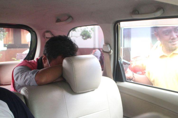tersangka kasus korupsi pasar manggisan, ES saat berada di dalam mobil kejaksaan hendak di bawa ke LAPAS Kelas II A Jember