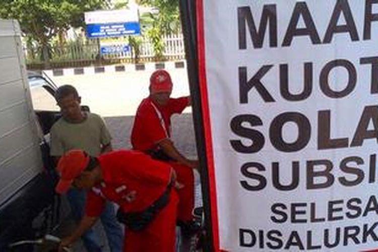Ilustrasi: Aktivitas angkutan umum dan jasa terhambat karena kelangkaan solar subsidi di Madura.