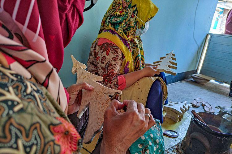 Proses pembuatan kerajinan batik kayu di Desa Wisata Krebet, Bantul