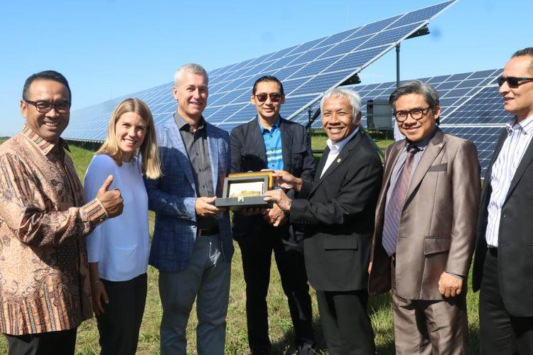 Perwakilan parlemen Indonesia saat berkunjung ke Ceko guna mempelajari penggunaan EBT.