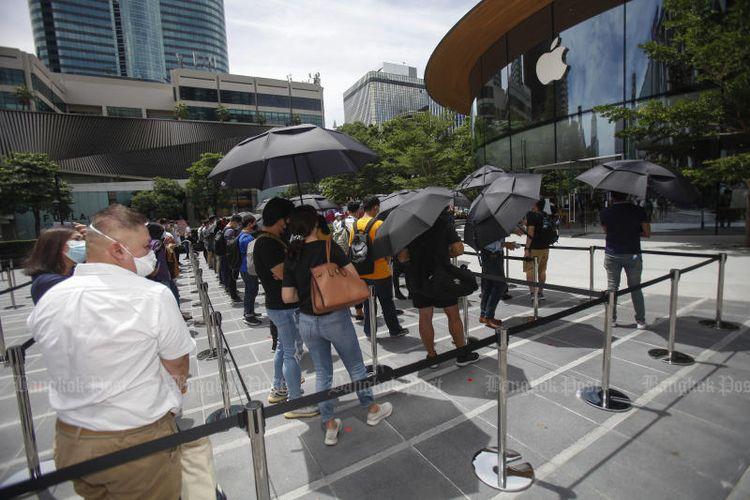 Antrean pengunjung di hari pertama pembukaan Apple Central World Bangkok.