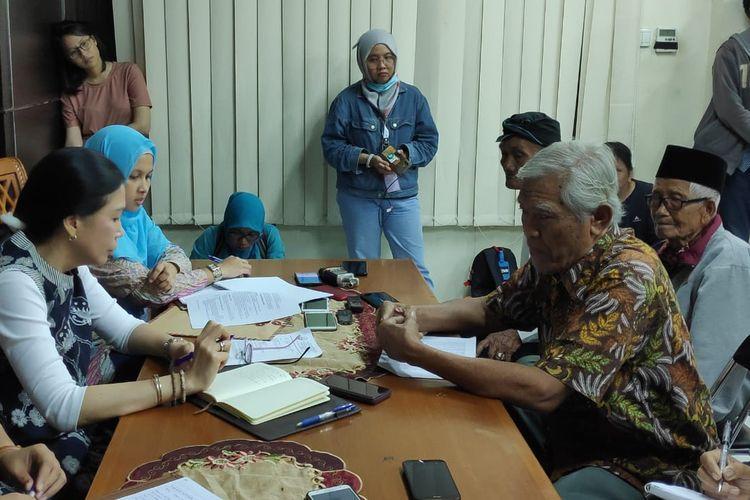 Yayasan Penelitian Korban Pembunuhan 1965/1966 (YPKP 65) saat melapor ke kantor Komnas HAM, Jakarta, Kamis (3/10/2019).