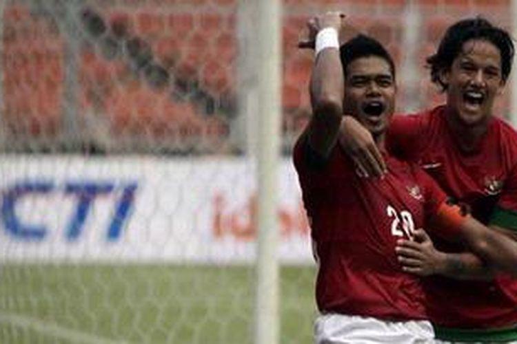 Dua pemain timnas Indonesia, Bambang Pamungkas (kiri) dan Irfan Bachdim.
