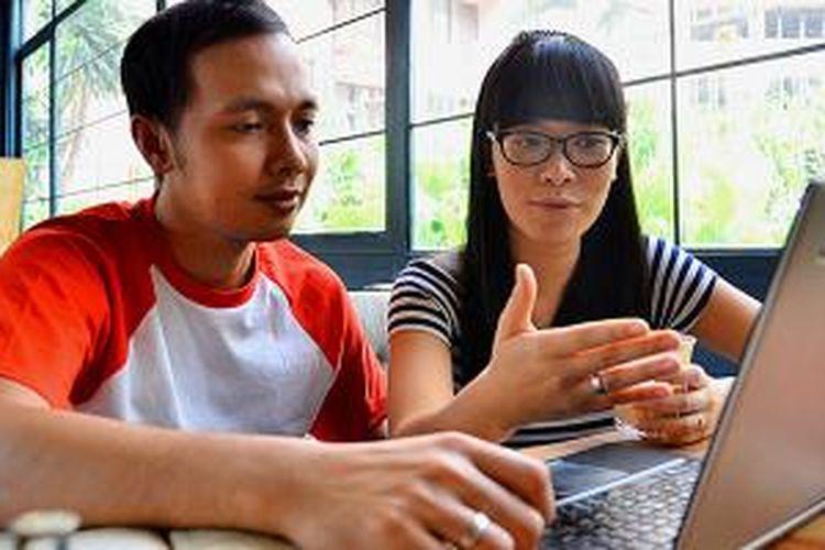 Pasangan suami-istri Teddy W Kusuma (34) dan Maesy Angelina (34) menulis blog sembari bersantai di sebuah kafe di kawasan Kuningan, Jakarta Selatan, Minggu (12/10/2014). Mereka adalah bagian dari kaum urban yang gemar bertualang dan menuliskan kisah-kisah perjalanan.