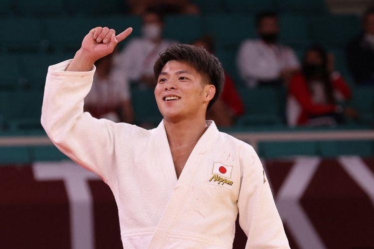 Judoka asal Jepang Hifumi Abe merayakan kemenangannya dalam pertandingan final judo putra -66kg melawan atlet Georgia Vazha Margvelashvili selama Olimpiade Tokyo 2020 di Nippon Budokan di Tokyo pada 25 Juli 2021.