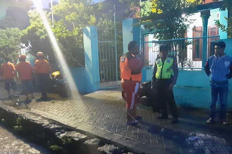 Petugas dan warga saat melakukan pencarian terhadap balita 2 tahun yang tercebur selokan kecil depan rumahnya di Dusun Lamongan, Desa Kalipuro, Kecamatan Pungging, Kabupaten Mojokerto, Jumat (6/3/2020).