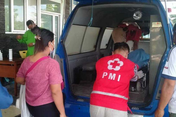 Relawan PMI Kulon Progo membantu mencarikan RS bagi seorang korban kecelakaan lalu lintas di Kapanewon Pengasih, Kabupaten Kulon Progo, Daerah Istimewa Yogyakarta. Korban adalah perempuan lansia usia 68 tahun yang mengendara sepeda onthel.