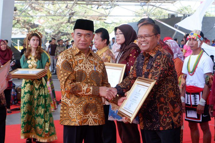 Mendikbud Muhadjir Effendy memberikan penghargaan kepada PT Gramedia Asri Media atas upaya memberikan dampak signifikan terhadap pendidikan nonformal di Indonesia. Penghargaan diberikan dalam acara puncak Peringatan Hari Aksara lnternasional (HAI) ke-54, di Lapangan Karebosi Kota Makassar, Sabtu, 7 September 2019.