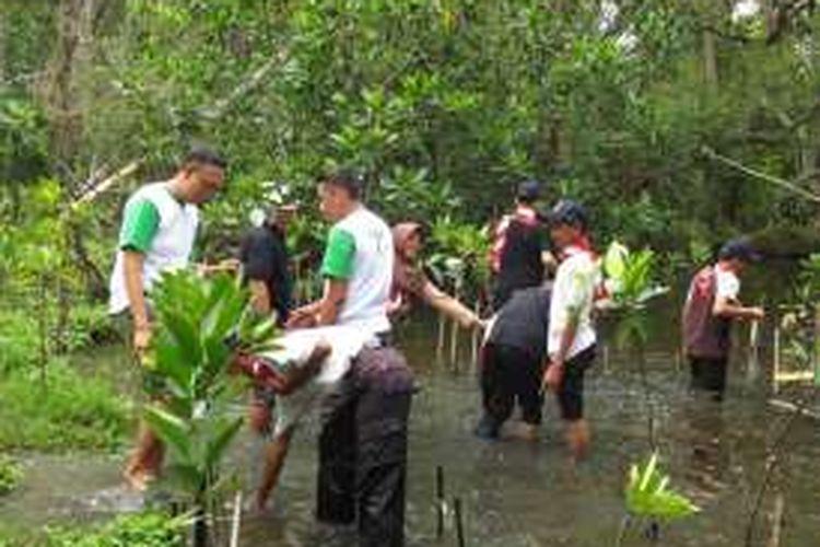 Kegiatan menanam pohon bakau oleh Fuji Xerox Indonesia di Ekowisata Hutan Mangrove Pantai Indah Kapuk (PIK), Jakarta Utara pada Sabtu (23/4/2016).