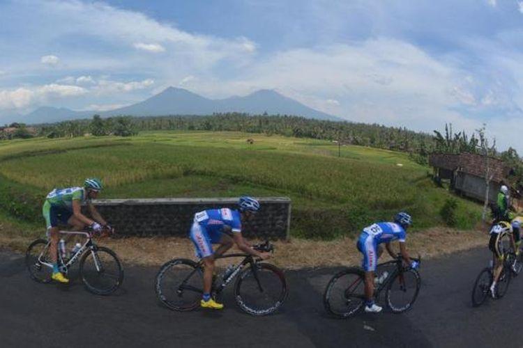 Para pebalap yang mengikuti Banyuwangi Tour de Ijen melintasi medan dengan pemandangan alam yang indah.