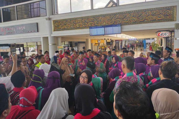 Jamaah umrah batal berangkat ke tanah suci di Bandara Internasional Juanda Surabaya, Kamis (27/2/2020) sore.