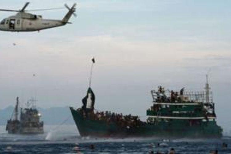 Militer Indonesia, Thailand, dan Malaysia beberapa kali menyalurkan bantuan kepada pengungsi di lautan.