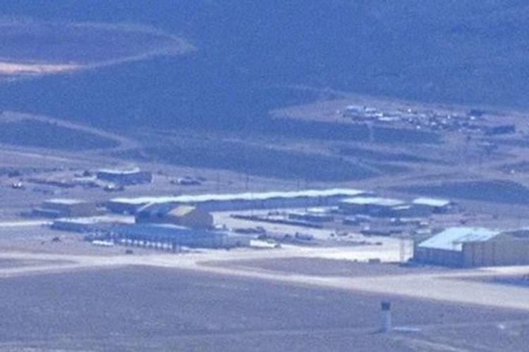 Foto yang diambil Gabriel Zeifman pada April menunjukkan sebuah hanggar sedang dibangun di Area 51. Namun hanggar itu hilang secara misterius pada Juli, saat Zeifman kembali memotret area yang sama.