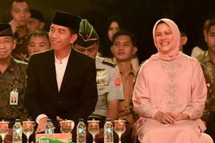 Presiden RI, Joko Widodo bersama Ibu Negara menghadiri malam pawai takbir 1 Syawal 1436 Hijriah di halaman Masjid Raya Baiturrahman, Banda Aceh, Kamis (16/5/2015) malam. Pawai takbir menyambut malam Idul Fitri 1436 Hijriah ini dibuka Presiden ditandai dengan pemukulan beduk.