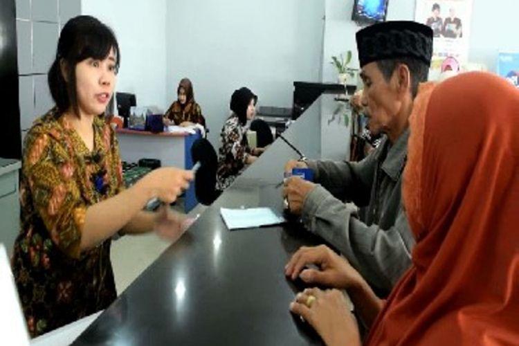 PENCAIRAN THR PENSIUNAN : Cairkan dana thr di bank warga antri sejak pagi hingga siang.