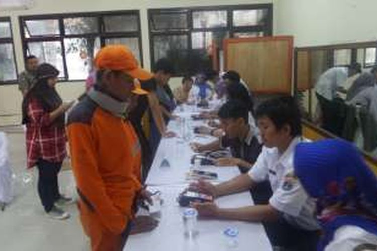 Anggota PPSU manfaatkan operasi daging murah yang diadakan pemerintah di Kecamatan Palmerah, Jakarta Barat, Rabu (7/12/2016)