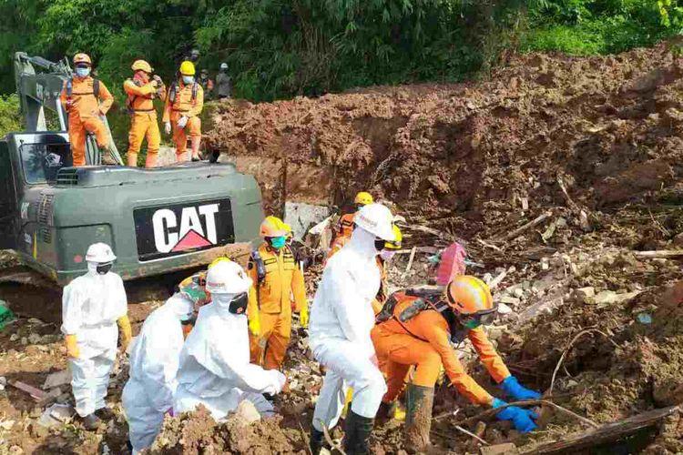 Tim SAR gabungan temukan dua korban longsor di lokasi Perumahan Pondok Daud, Cihanjuang, Sumedang, Jawa Barat, Senin (18/01/2021).