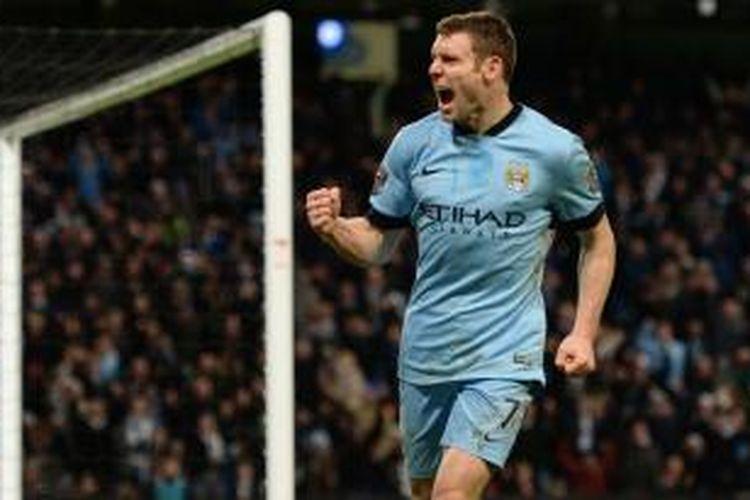 Gelandang Manchester City James Milner merayakan keberhasilannya mencetak gol pertama (dari dua) ke gawang Sheffield Wednesday pada pertandingan putaran ketiga Piala FA, di Etihad Stadium, Manchester, Minggu (4/1/2015).