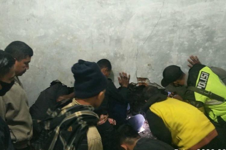 Warga yang dibantu petugas melakukan evakuasi terhadap korban longsor yang tewas di Kabupaten Solok, Jumat (5/6/2020)