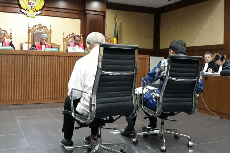 Dua terdakwa anggota DPRD Sumatera Utara, Muslim Simbolon dan Sonny Firdaus duduk di kursi terdakwa di Pengadilan Tipikor Jakarta, Rabu (20/2/2019).