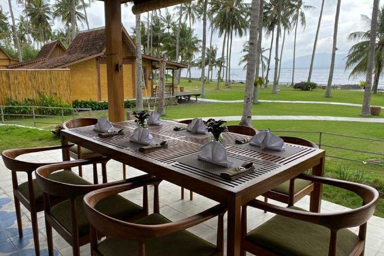 Saat masuk ke area Pantai Solong, pengunjung dimanjakan dengan deretan pantai kepala dengan latar belakang Selat Bali.