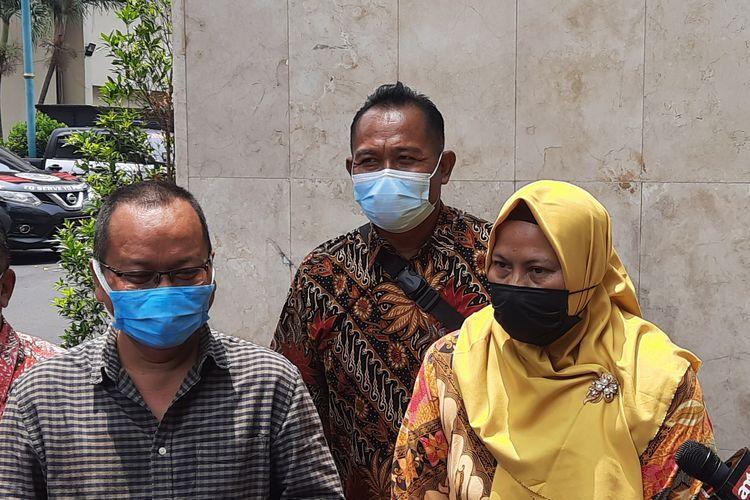 Terduga korban penipuan penerimaan calon pegawai negeri sipil (CPNS), Sugiono (tengah), mendatangi Mapolda Metro Jaya, Jumat (1/10/2021). Sugiono diperiksa sebagai saksi atas dugaan penipuan penerimaan CPNS oleh anak penyanyi ND, ON.