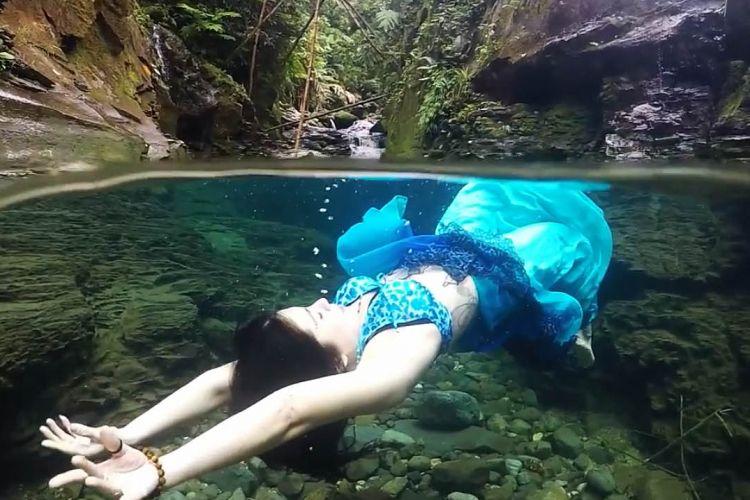 Fashion underwater bagian dari pemotretan dan penyelaman bebas di Balong Endah, Gunung Salak, Bogor, Jawa Barat, 26 Januari 2018.