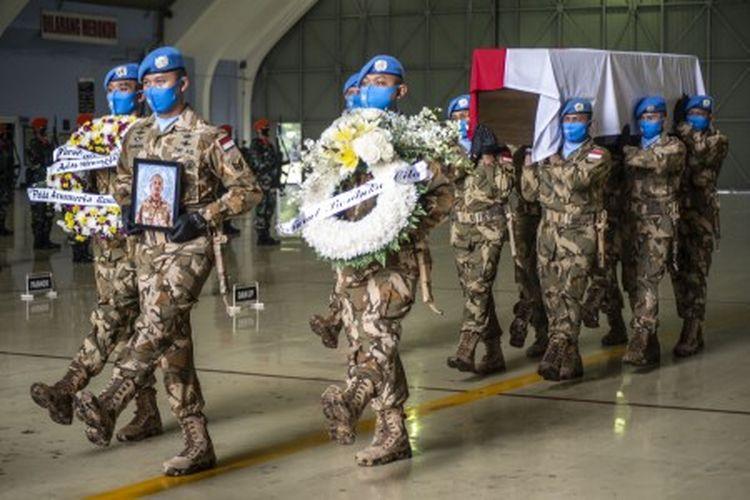 Prajurit TNI mengusung peti jenazah Pelda Anumerta Rama Wahyudi saat upacara pelepasan keberangkatan jenazah ke rumah duka di Pekanbaru, Riau, di Skadron Udara 17 Lanud Halim Perdanakusuma, Jakarta, Jumat (3/7/2020). Pelda Anumerta Rama Wahyudi merupakan salah satu anggota Satgas Kizi TNI Konga XX-Q/Monusco misi PBB yang gugur karena tertembak oleh kelompok bersenjata Allied Democratic Forces (ADF) saat bertugas mengirimkan logistik ke Temporary Operation Base (TOB) di wilayah Makisabo, Kongo, Afrika pada 22 Juni 2020.