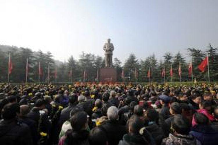 Warga China memperingati 120 tahun kelahiran Mao Zedong di Shaoshan, Hunan, Selasa (24/12/2013).