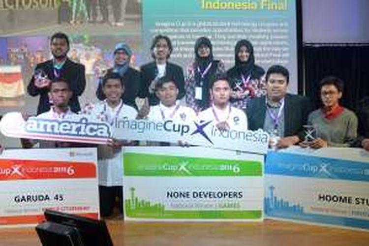 Para pemenang kompetisi Microsoft Imagine Cup 2016 dari ketiga kategori berfoto bersama di malam pengumuman, Rabu (6/4/2016) di Jakarta.