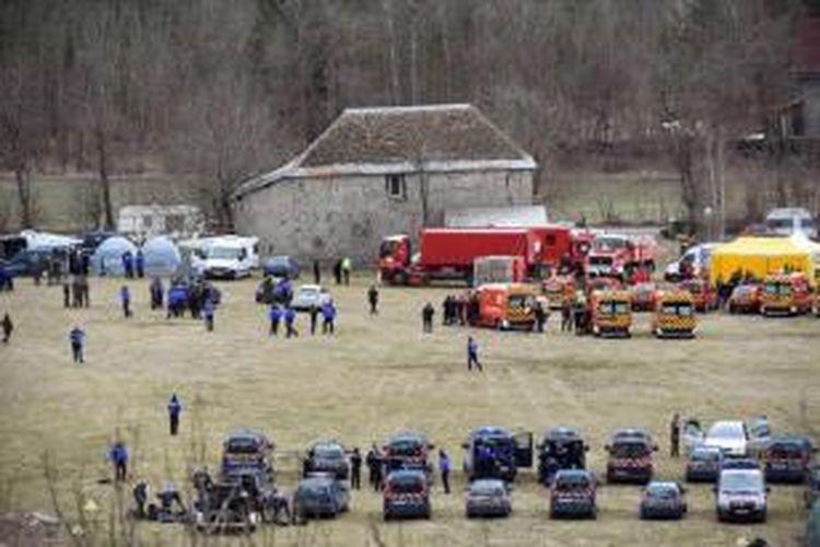 Tim SAR berkumpul di lapangan dekat lokasi pencarian puing pesawat Germanwings Airbus A320 yang jatuh di wilayah tenggara Perancis, Selasa (24/3/2015). Pesawat Germanwings dilaporkan jatuh di pegunungan Alpenz di Perancis. Sebanyak 144 penumpang dan 6 awak dinyatakan tidak ada yang selamat.