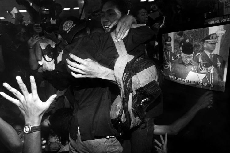 Mahasiswa bergembira di Gedung DPR/MPR saat Soeharto mengumumkan pengunduran diri sebagai presiden RI, 21 Mei 1998.