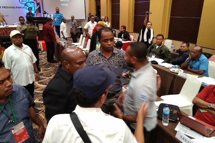 Kericuhan yang sempat terjadi di Rapat Pleno Terbuka Rekapitulasi Suara Pemilu 2019 Tingkat Provinsi Papua, untuk pembacaan hasil rekapitulasi Kabuoaten Kepulauan Yapen (14/05/2019)