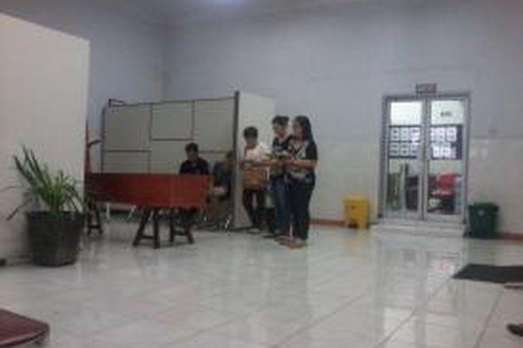 Keluarga Della Caroline (34) mendoakan jenazah di ruang jenazah RS Cipto Mangunkusumo, Jakarta, Senin (5/8/2013). Rencananya, jenazah akan dimakamkan pukul 11.00 di Taman Pemakaman Kober, Jalan KS Tubun, Jakarta.