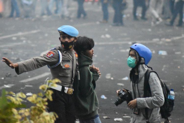 Petugas mengamankan pendemo yang diduga melakukan anarkisme dalam demo Tolak UU Cipta Kerja di Kota Bandung, Kamis (8/10/2020). aksi demo tersebut pecah setelah massa melakukan pelemparan kepada petugas, akan tetapi berhasil di pukul mundur.