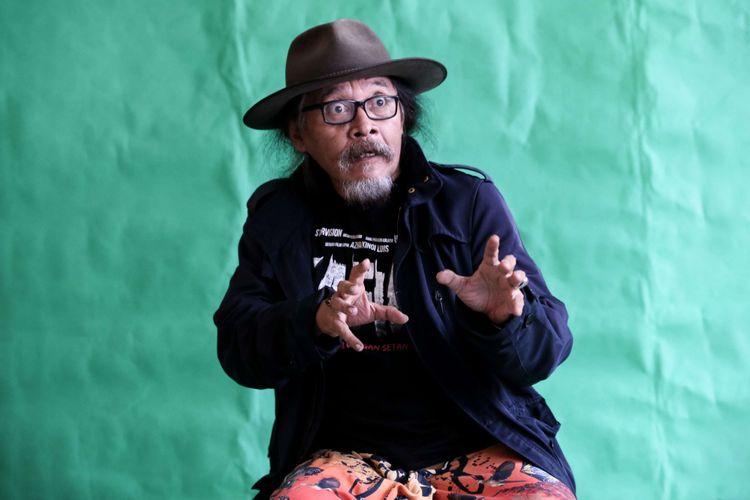 Aktor Sujiwo Tejo berpose di sela wawancara promo film Kafir di Redaksi Kompas.com, Jakarta, Jumat (27/7/2018). Film horor besutan Azhar Kinoi Lubis ini akan tayang di bioskop 2 Agustus mendatang.