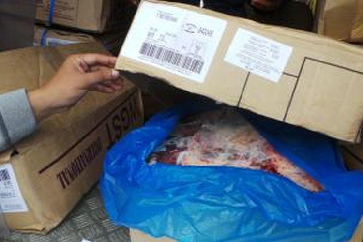 Daging sapi impor sebanyak 500 kg banjiri dijual ke pedagang untuk menekan harga di tingkat konsumen.