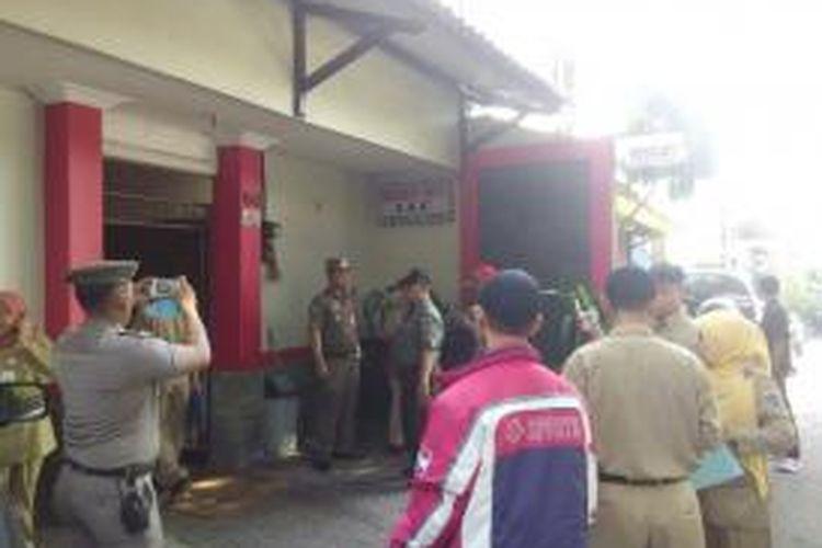 Bangunan kos yang berada di kawasan Tebet Timur Selasa (21/4/2015) ini didata oleh petugas kecamatan Tebet.