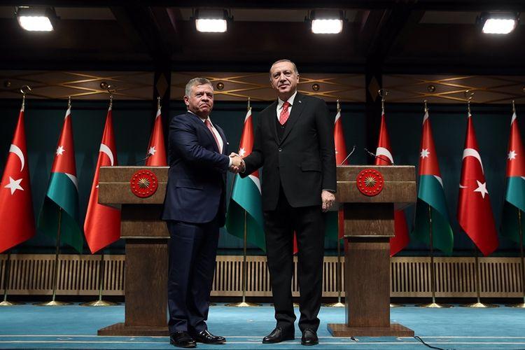 Presiden Turki Recep Tayyip Erdogan (kanan), dan Raja Jordania Abdullah II (kiri) dalam pertemuan bilateral di Ankara (6/12/2017).