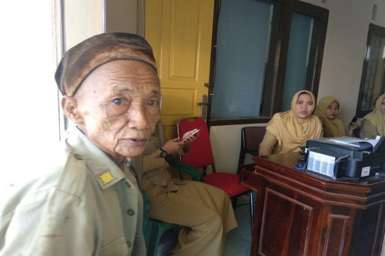 Salah satu gepeng di salah satu kontor dinas di Kabupaten Pamekasan meminta-minta kepada ASN.